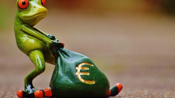 Una rana con un saco de euros - Sputnik Mundo