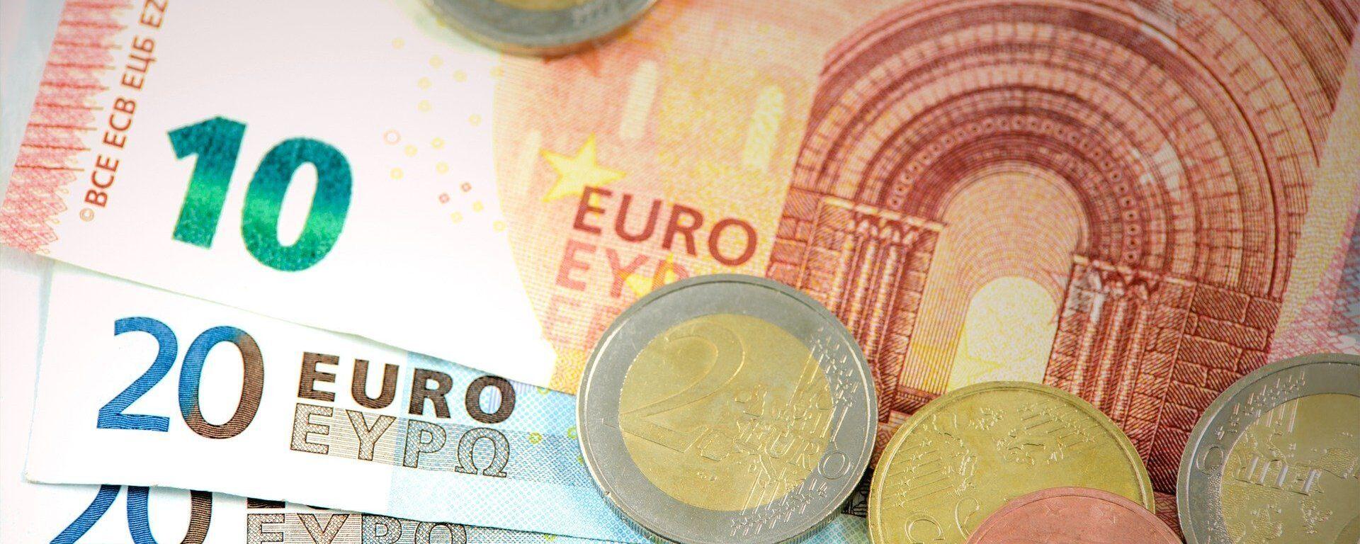 Billetes y monedas de euro (imagen referencial) - Sputnik Mundo, 1920, 03.08.2021