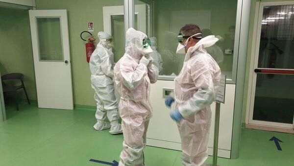 Los médicos van a examinar a pacientes con coronavirus - Sputnik Mundo