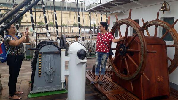 Turistas sacan fotos a bordo del velero Kruzenshtern  - Sputnik Mundo