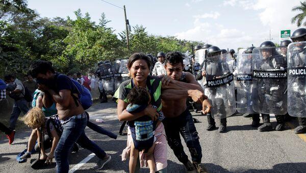 Policía militar mexicana en la caravana de migrantes centroamericanos en México - Sputnik Mundo