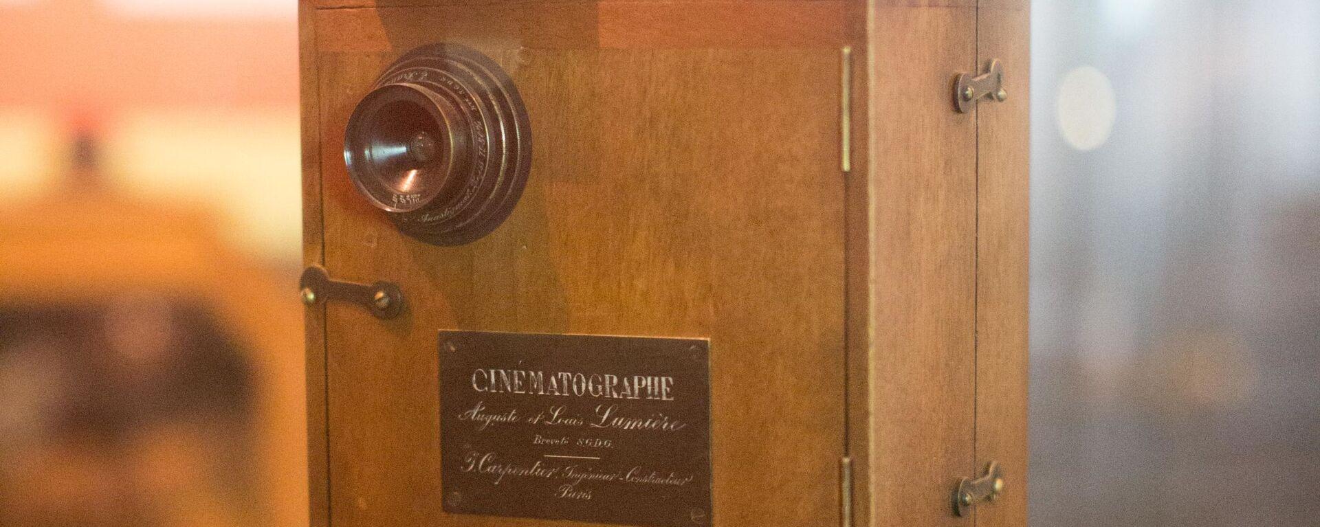 Un cinematógrafo Lumière  - Sputnik Mundo, 1920, 24.01.2020