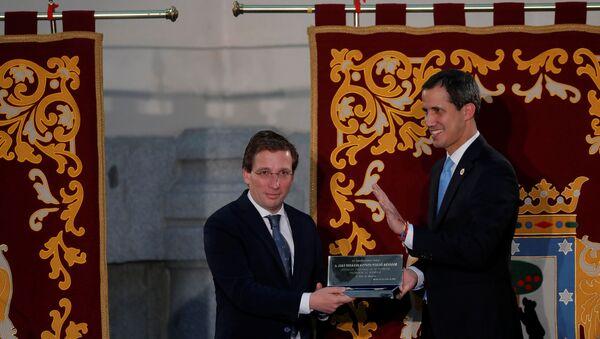 El opositor venezolano Juan Guaidó recibe la llave de oro de la ciudad de Madrid - Sputnik Mundo