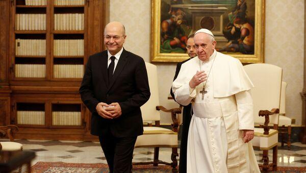 El presidente de Irak, Barham Salih, junto al papa Francisco - Sputnik Mundo