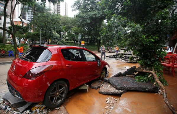 Lluvias tropicales en Brasil: inundaciones, deslizamientos de tierra y decenas de muertes  - Sputnik Mundo
