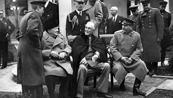El primer ministro británico, Winston Chrchill, el presidente de EEUU, Franklin Roosevelt, y el líder soviético Iósif Stalin en Yalta (febrero de 1945) - Sputnik Mundo