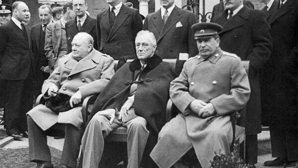 Winston Churchill, Franklin Roosevelt e Iósif Stalin en Yalta - Sputnik Mundo