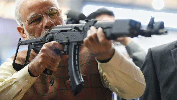 Премьер-министр Индии Нарендра Моди с винтовкой на 11-ой международной выставке оборонной промышленности Defexpo India 2020 - Sputnik Mundo