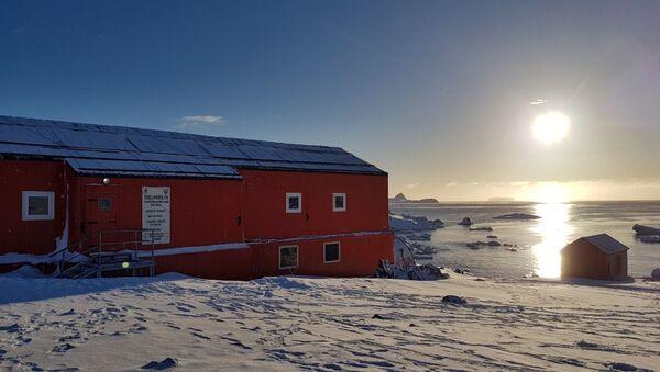Fachada de la escuela n°38 en la Antártida durante el atarceder - Sputnik Mundo