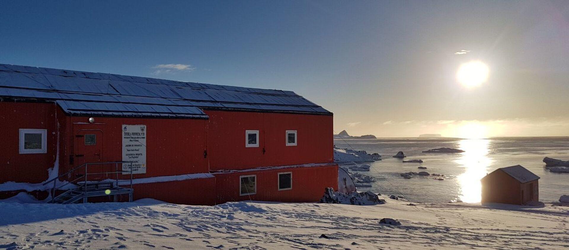 Fachada de la escuela n°38 en la Antártida durante el atarceder - Sputnik Mundo, 1920, 06.02.2020