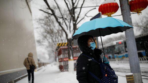 Mujer con mascarilla en Pekín - Sputnik Mundo