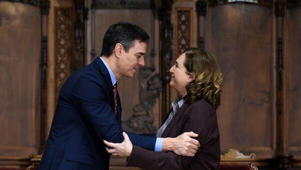 El presidente de España, Pedro Sánchez, y la alcaldesa de Barcelona, Ada Colau - Sputnik Mundo