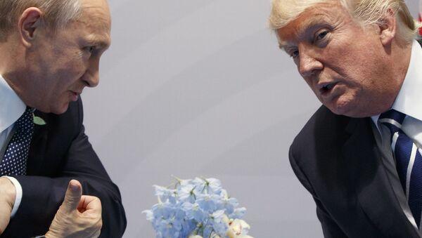 El presidente de Rusia, Vladímir Putin junto a su homólogo de EEUU, Donald Trump - Sputnik Mundo