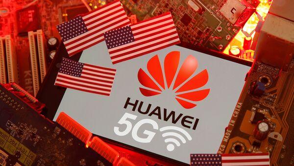 Las banderas de EEUU y el logo de Huawei - Sputnik Mundo