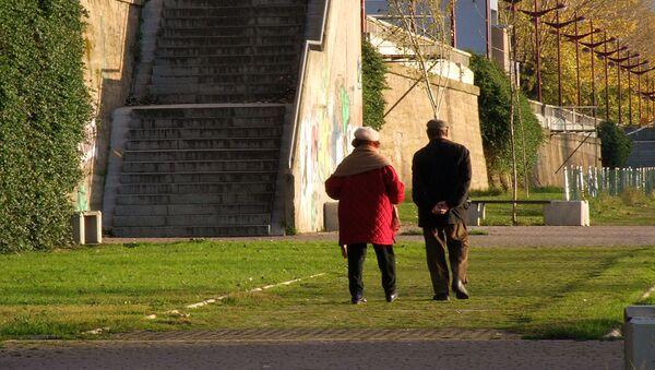 Ancianos caminando  - Sputnik Mundo