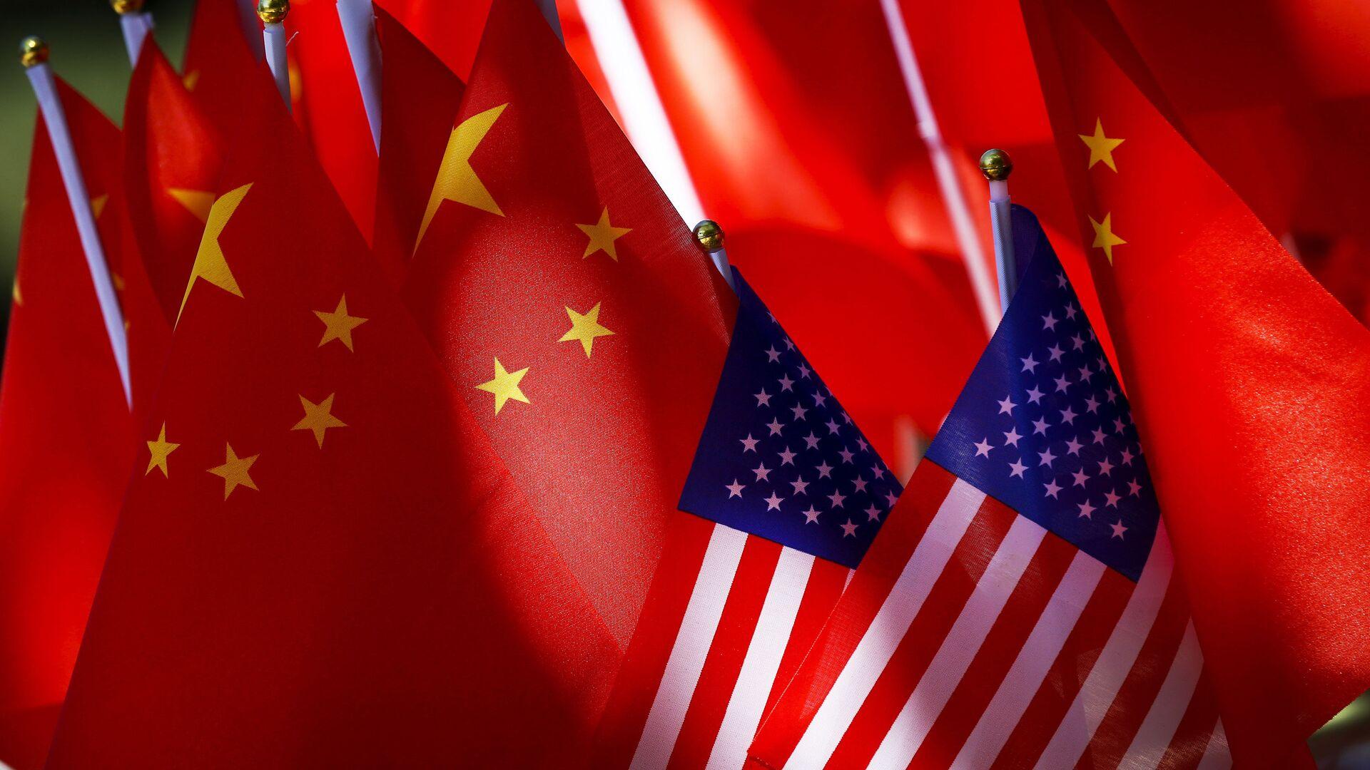 Banderas de EEUU y China - Sputnik Mundo, 1920, 11.03.2021