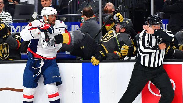 El capitán del equipo de hockey Washington Capital, el jugador ruso Alexandr Ovechkin, envia a su oponente Nate Schmidt al banquillo - Sputnik Mundo