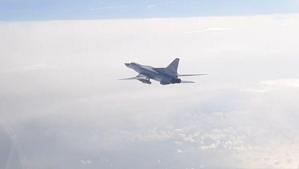 Así surcan el cielo los Tu-22M3 modernizados sobre el mar Negro - Sputnik Mundo