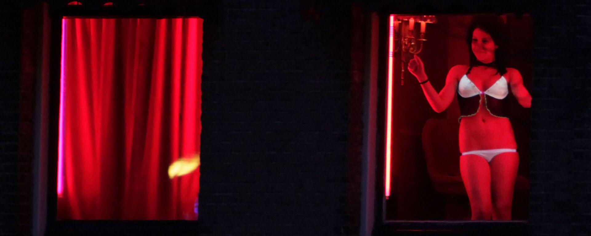 Trabajadora sexual en el barrio rojo de Ámsterdam (Países Bajos) - Sputnik Mundo, 1920, 02.06.2021