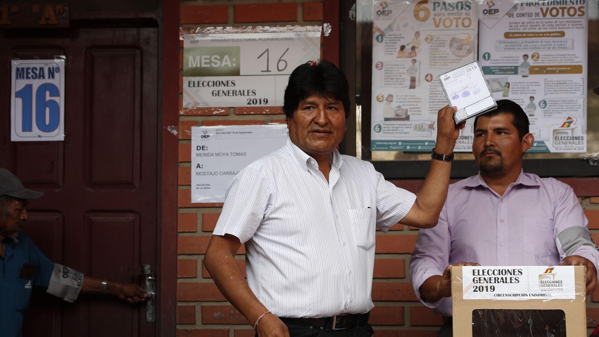 Evo Morales votando durante las elecciones de octubre de 2019 en Bolivia - Sputnik Mundo, 1920, 11.10.2021