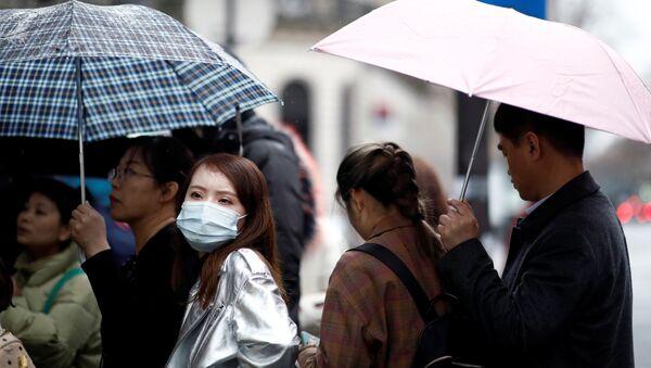Turistas llevan mascarillas en París, Francia - Sputnik Mundo
