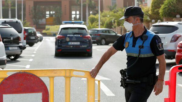 Un policía cierra el acceso al H10 Hotel en Tenerife, España - Sputnik Mundo