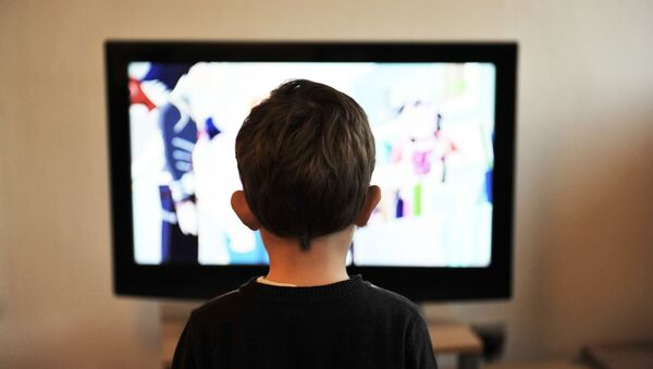 Un niño mirando una televisión (imagen referencial) - Sputnik Mundo