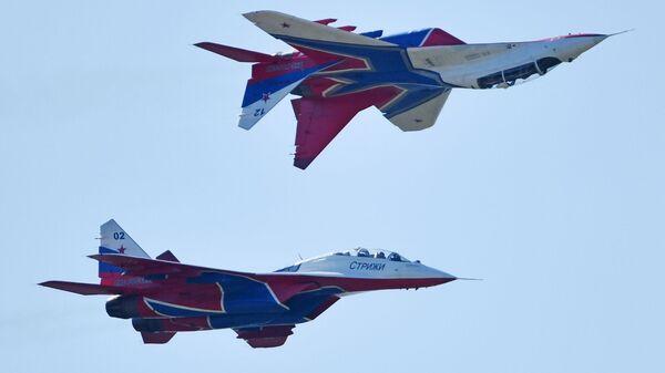 Los MiG-29 del grupo de demostración acrobática Strizhí de la Fuerza Aérea de Rusia - Sputnik Mundo
