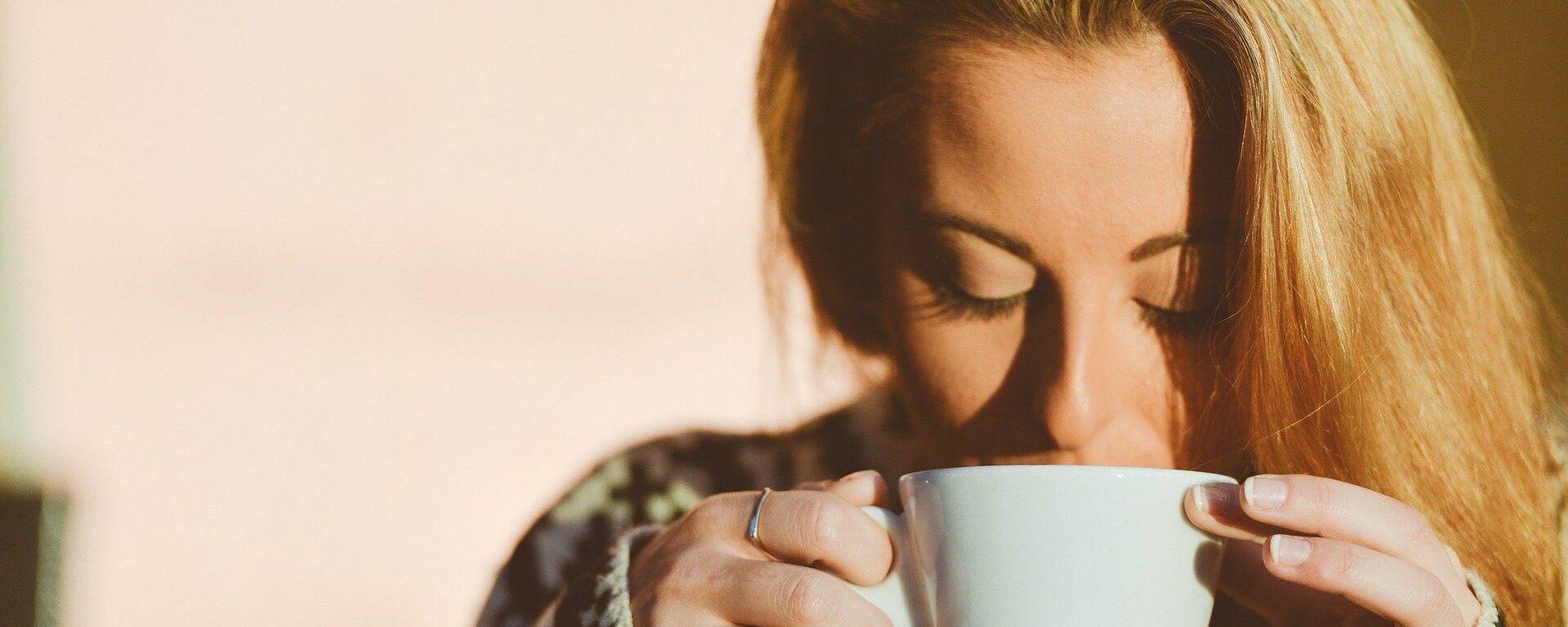 Una mujer toma café, referencial - Sputnik Mundo, 1920, 12.08.2021