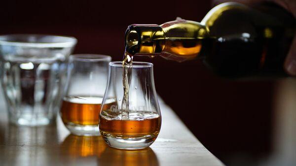 Unas copas con el alcohol (imagen referencial) - Sputnik Mundo