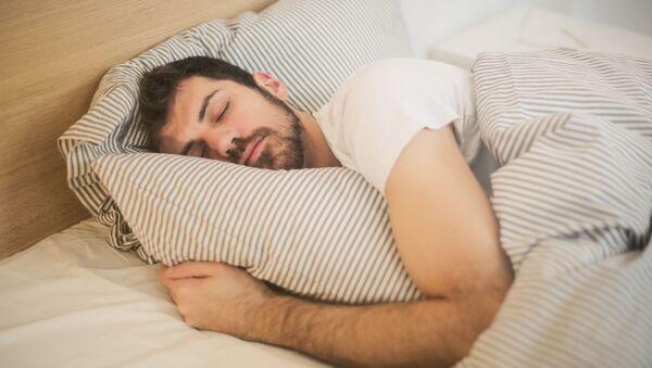 Un hombre durmiendo (imagen referencial) - Sputnik Mundo