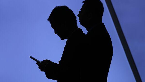 Una persona con un teléfono móvil en un evento de Huawei (archivo) - Sputnik Mundo