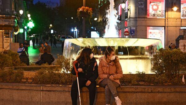 Las chicas en mascarillas en Madrid, España - Sputnik Mundo