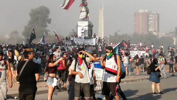 Manifestantes en Plaza de la Dignidad  - Sputnik Mundo