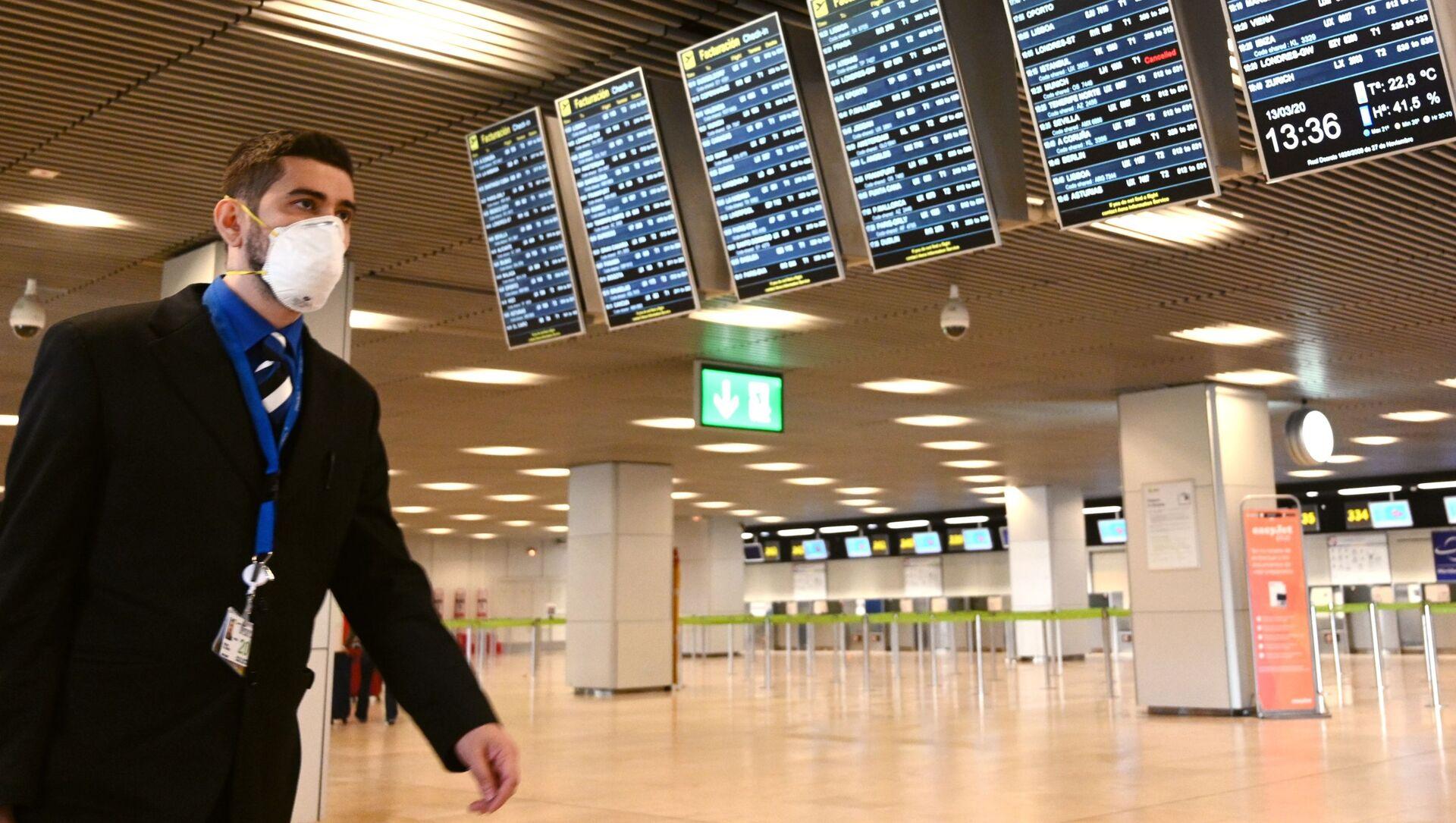 Un hombre en mascarilla en el aeropuerto de Barajas, Madrid - Sputnik Mundo, 1920, 09.02.2021