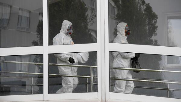 Miembros de la Unidad Militar de Emergencias durante el brote de coronavirus en España - Sputnik Mundo