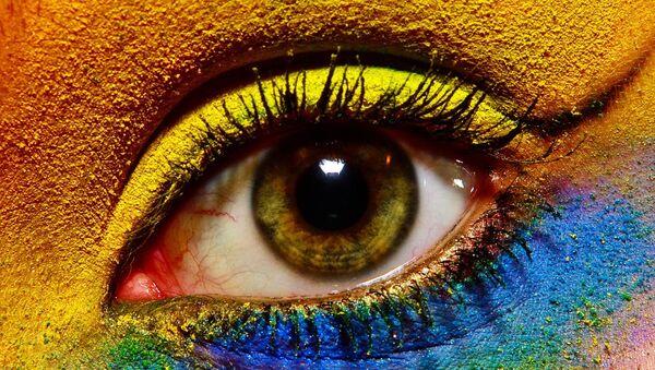 Ojo maquillado de diferentes colores - Sputnik Mundo