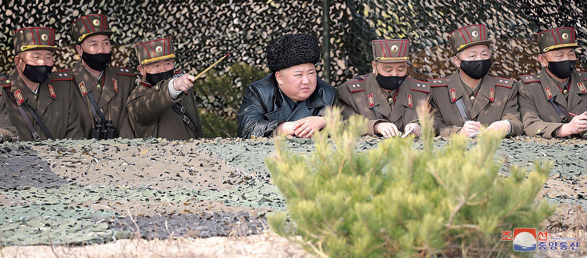 El líder de Corea del Norte, Kim Jong-un, observa los ejercicios militares - Sputnik Mundo, 1920, 19.03.2020