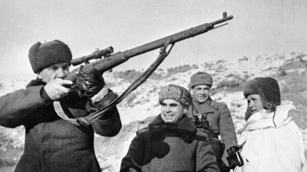 Comandantes del Ejército Rojo con el fusil de Vasili Záitsev del lado del propio francotirador (dcha.) - Sputnik Mundo