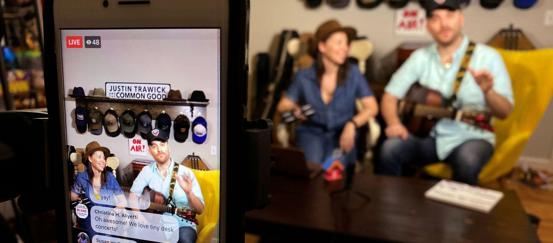 Músico estadounidense Justin Trawick y su novia, Lauren LeMunyan, interpretando en el conierto en Facebook - Sputnik Mundo, 1920, 23.03.2020