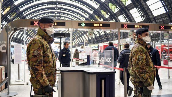 Militares italianos en la estación férrea de Milán durante la pandemia del coronavirus - Sputnik Mundo