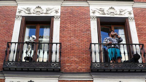 Un madrileño en el balcón de su casa - Sputnik Mundo