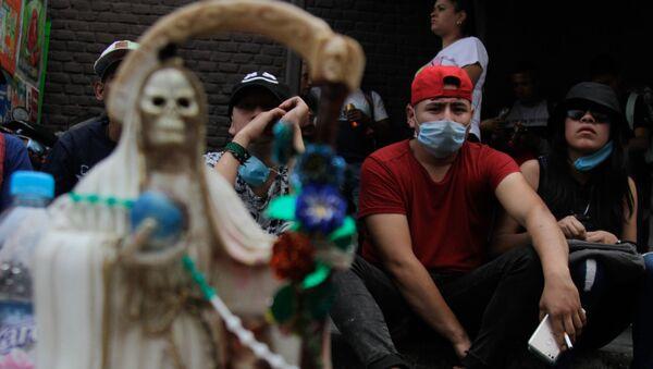 Mexicanos, creyentes de la Santa Muerte, en las mascarillas (imagen referencial) - Sputnik Mundo