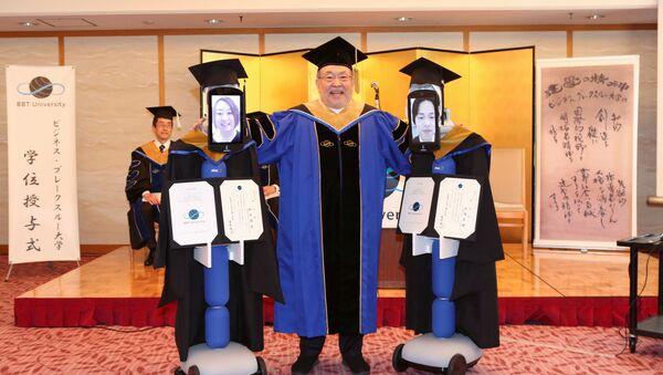 El presidente de BBT posa con Ipads unidos a robots reemplazando a los alumnos en su graduación - Sputnik Mundo