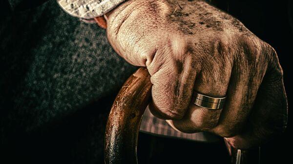 La mano de un anciano  - Sputnik Mundo