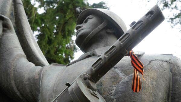 Un monumento a los soldados sovieticos - Sputnik Mundo