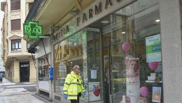 Voluntario entrando en una farmacia de San Sebastián (España) - Sputnik Mundo
