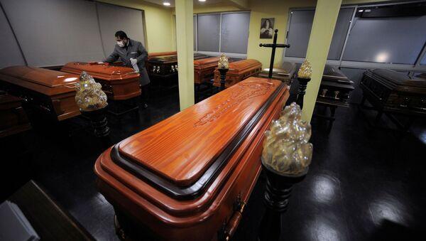 Ataúdes en una funeraria en Chile - Sputnik Mundo
