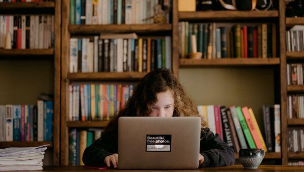 Una alumna estudiando a distancia (imagen referencial) - Sputnik Mundo