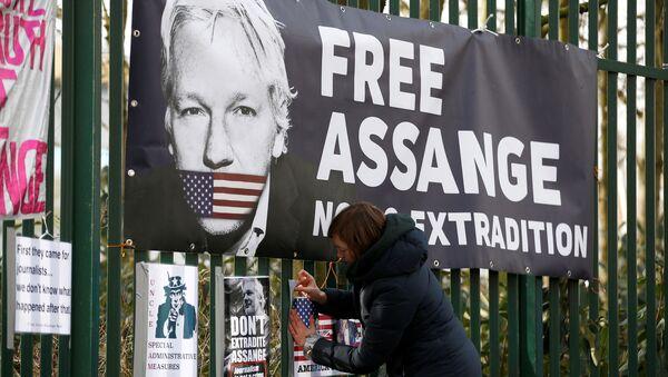 Una activista en las manifestaciónes contra la extradición de Julian Assange (archivo) - Sputnik Mundo